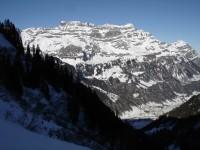 Durch den extrem steilen Anstieg sind wir schnell Hoch über dem Tal. Hier wieder einmal der Blick zum Glärnisch.