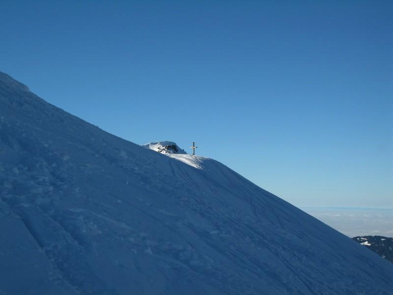 Kurz vor dem Gipfel. Im Vordergrund das Gipfelkreuz des Bullerschkopf, dahinter das Kreuz der Winterstaude.
