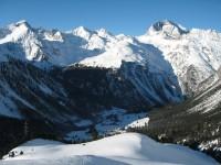 Blick von der Cuziranch hinab auf Preda-Nax. Blick hinein in das Val Mulix und Val Tschitta, dahinter der Piz Salteras wo ich im Februar oben war.
