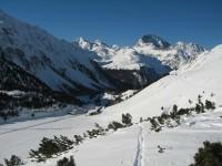 Blick zurück hinab zur Alp Crap an der Albulapassstraße. Rechts hinten der Piz Ela, ganz links der Piz Salteras noch im Sonnenschein. Sensationelle Tour!