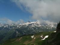 Blick vom höchsten Punkt der Tour am Maschgengrat nach Südwesten zum Spitzmeilen und rechts Wissmillen hinter Wolke. Vor ein paar Jahren war ich dort oben auf Schitour.
