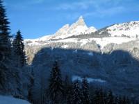 Super Blick hinauf zur Gegentalseite mit dem Autofreien Braunwald und dem Klettersteig über die beiden Zacken in der Bildmitte.