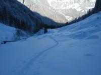 Ganz einsam ziehe ich meine Spur in die tief verschneite Landschaft.