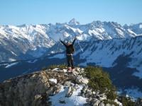 Sonja auf einem Schneefreien Hügel, wo wir bei einem sensationellen Panorama eine kurze Rast einlegen.