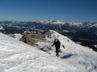 Der weitere Aufstieg bis hin zum höchsten Punkt der langen Oberen Gottesackerwände führt abwechslungsreich mit vielen imposanten Tiefblicken nach Westen.