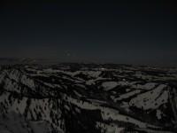 Blick nach Nordwesten zum Pfänderstock, Bildmitte die Lichter von Sulzberg. Am Horizont das riesige Nebelmeer.