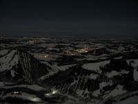 Blick nach Norden hinab auf Steibis und Oberstaufen in der Nähe. Weiter hinten rechts Weiler, Lindenberg und Scheidegg.