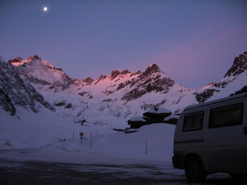 Die Sonne lässt die Bergspitzen rot erglühen während der Mond noch hoch am Himmel steht!
