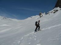 Nach einem langen schatten Zustieg erreichen wir weite Hänge hinauf zum heutigen Gipfel.