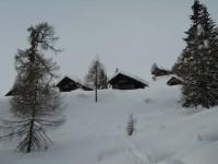 Nach 2 Stunden Aufstieg erreiche ich die tief verschneite Oberberger Alm.