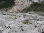 Volker im Nachstieg mit atemberaubendem Tiefblick zum Steinbruch