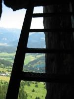 Blick aus dem Tunnelgang hinab zum Crestasee.