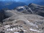 Blick vom Gipfel auf den viel begangenen Abstiegsweg zur Forc. Pordoi und Pordoi-Bergstation.