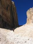 Anna bei der genialen Kiesreise knapp unterhalb des Forcella Pordoi.