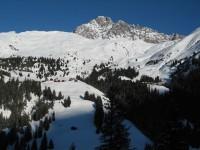 Heute ist genau der richtige Tag für diese Geheimtour. Hier beim Aufstieg aus dem Val Mulegna Richtung Alp Stregls. Wunderbarer Blick nach Norden zu den Alphäusern Castelas links und Bartg rechts. Dahinter der Piz Mitgel.