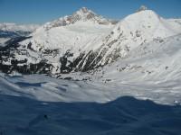 Blick vom südl. Piz Cuolm hinab auf die wunderbaren unberührten Hänge ins Val Mulegna. Links Piz Mitgel, weiter rechts der Tinzenhorn und direkt da vor der Pizza Grossa.