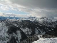 Beim Aufstieg über den langen Rücken genießt man den Blick in den Süden zu den Julischen Alpen.