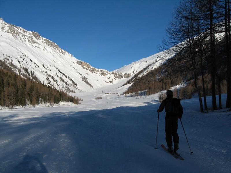 """Nach dem langen """"Hatscher"""" durch das Schliniger Tal erblicken wir im Talschluß die Schliniger Alm."""