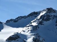 Blick zum Schidepot ganz links und dem nach herrlichen Grat hinauf zum Gipfel!