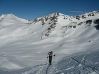 Am flachen Gletscher. Ein Blick zurück zur Sesvenna Furka und wenig links dahinter der Schadler.