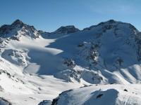 Blick vom Schadler hinüber zum Piz Sesvenna ganz rechts und ganz links der Muntpitschen.