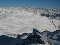 Blick vom Schadler nach Nordosten auf den Schlinigpass und das gleichnamige Tal. Am Horizont die Ötztaler Alpen.