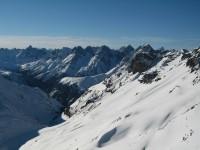 Blick nach Westen in die Unterengadiner Bergwelt. Ganz rechts hinten die unverkennliche Pyramide ist der Piz Linhard.