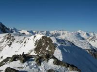 Blick nach Norden zur Verwallgruppe mit Fluchthörner ganz links. Blick über die Samnaungruppe bis hin zu den Lechtaler Alpen.