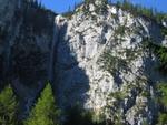 Blick zum Seebener Klettersteig, der im unteren Abschnitt noch im Schatten liegt.