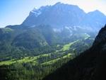 Blick vom Einstieg zum Klettersteig nach Norden zur Ehrwalder Alm und dahinter Schneefernerkopf und das gesamte Zugspitzmassiv.