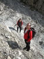 Bereits in der stark Steinschlag gefährdeten Rinne. Da vor uns aber nicht viele unterwegs sind, hält sich die Gefahr in Grenzen.