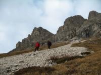 Günther und Rupert folgen mir über ein grobes Geröllfeld am Südfuße des Widdersteins.