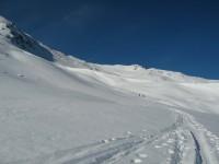 Beim Aufstieg quert man oberhalb der Selgesgrube in die nördliche weite Einsattelung zwischen Windegg und dem nördlichen Vorgipfel.
