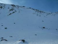 Ich wähle die direkte Abfahrt vom Gipfel nach Osten, recht Steil und v.a. viel eingeblasener Schnee, weshalb ich mich ganz am Randbereich halte.