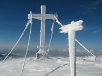 In Schnee gepacktes Gipfelkreuz auf meiner geliebten Winterstaude.
